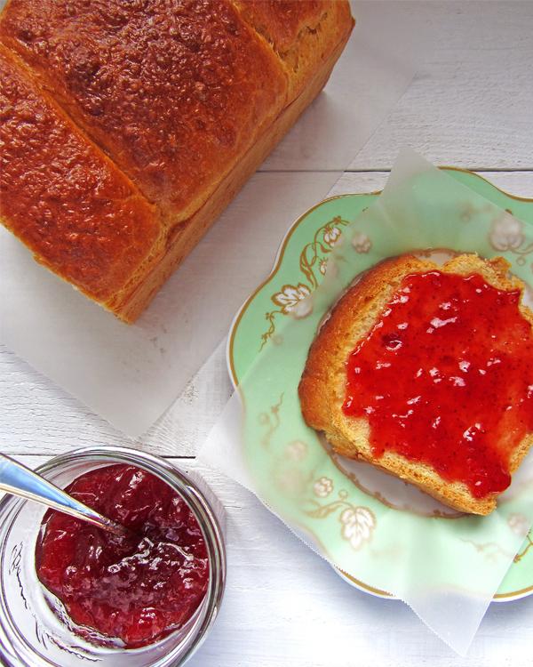 brioche-con-tostada-y-mermelada